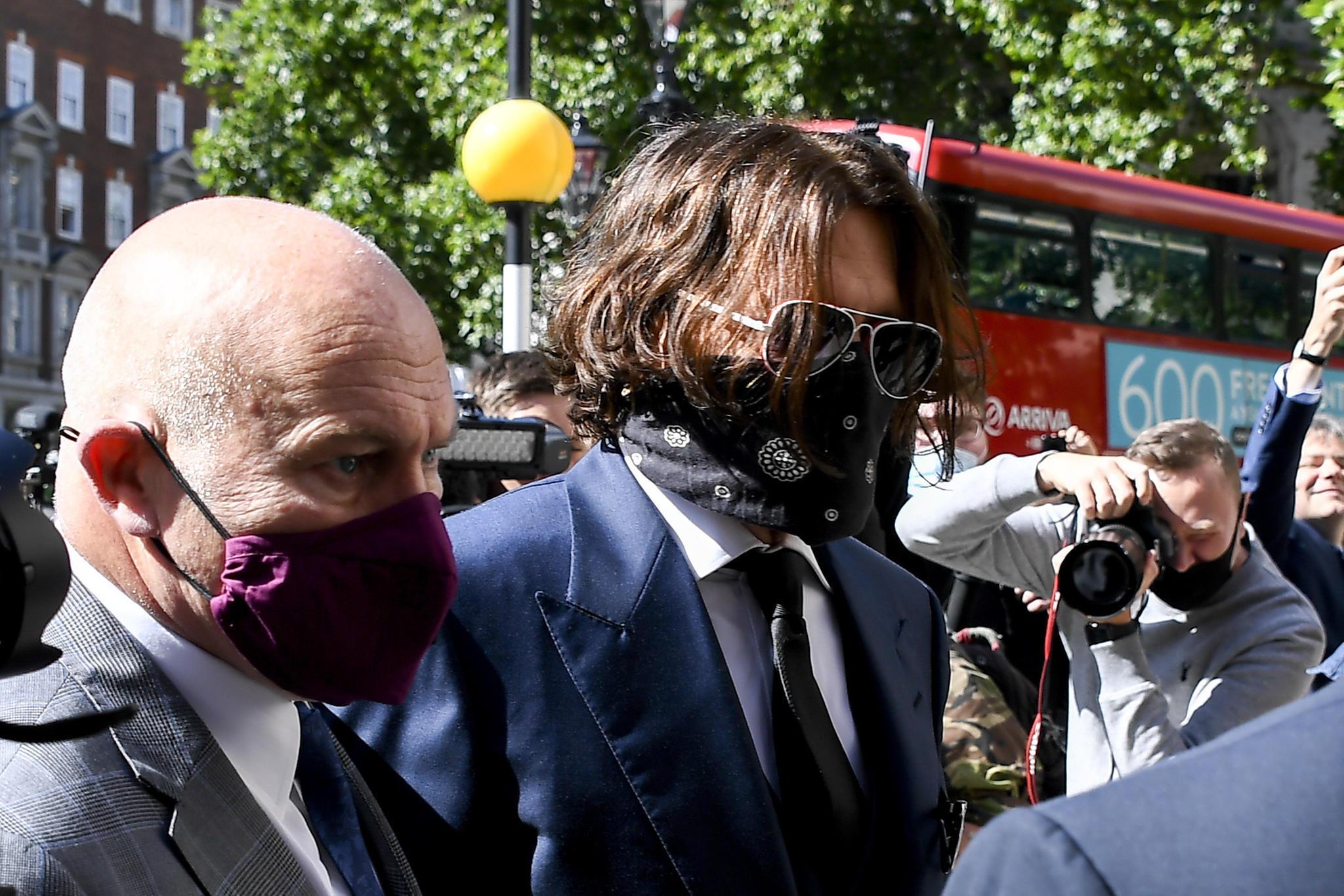Johnny Depp erschien mit Sonnenbrille und Schutzmaske vor dem High Court in London