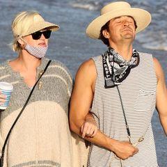 Die schwangere Katy Perry und ihr Partner Orlando Bloom machen einen Spaziergang am Strand von Santa Barbara. Dabei ist von Katys Babykugel leider unter dem Wollcape nicht viel zu sehen. Das Paar genießt die letzten ruhigen Momente vor der Geburt. Was eignet sich da besser, als sich die Sonnenstrahlen am Meer einzufangen.