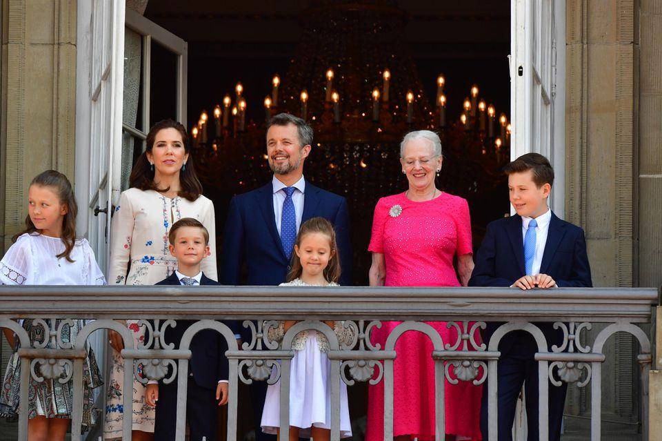 Die dänischen Royals: Prinzessin Mary, Prinz Frederik, Königin Margrethe (hinten, v.l.n.r.), Prinz Vincent, Prinzessin Josephine und Prinz Christian (vorne, v.l.n.r.)