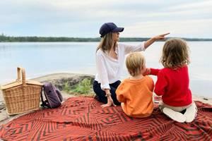 Nach einem Spaziergang durch die wunderschöne Natur ist Zeit für ein Picknick am Ufer des Gisesjön-Sees. MamaSofia zeigt ihren kleinen Prinzen, was man von dort aus alles entdecken kann.