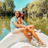 Julian Büscher und Sarah Lombardi auf einem Boot.