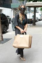 """Zugegeben: Auch wir hätten sie auf offener Straße nicht erkannt. """"Sex and the City""""-Star Sarah Jessica Parker beherrschtden Inkognito-Look ziemlich gut. Mit Schal vor dem Mund, Sonnenbrille, Tuniker-Kleid und Rucksack kommt sie gerade vom Einkaufen."""