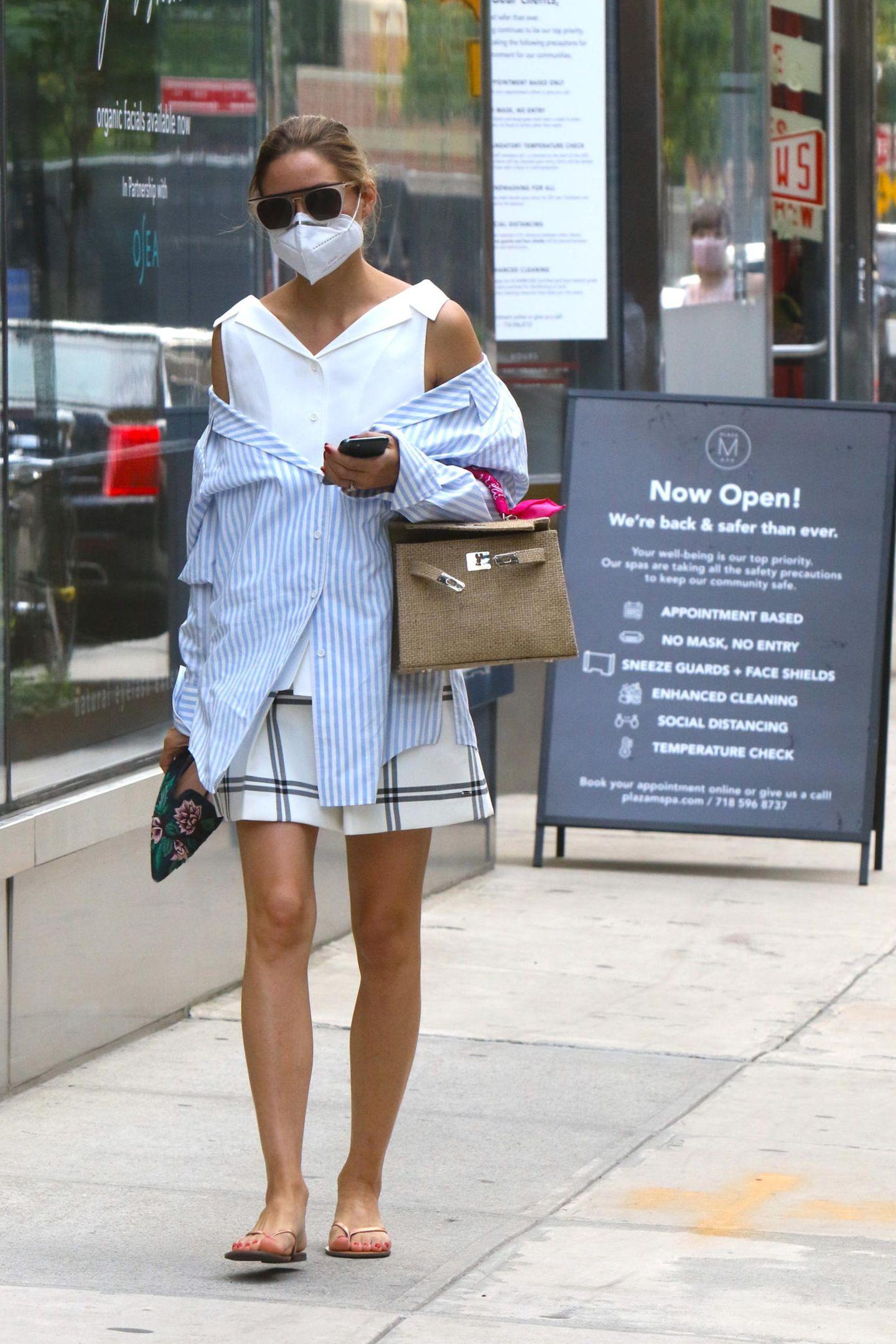 Glamouröser hingegen sieht der Streetstyle-Look bei It-Girl Olivia Palermo aus. Mit einem stylishen Layering-Look, bestehend aus zwei übereinander getragenen Hemden und einem Karo-Rock, ihrer Hermes-Bag und simplen Flip-Flops, zieht die Frau von Johannes Hueblalle Blicke auf sich.