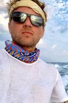Auf Seepatroullie: Ryan Phillippe und Sohn Deacon lassen sich die frische Luft bei einem Bootsausflug um die Nase wehen. Dabei scherzt Ryan Phillippe auf Instagram, dass dieses coole Bild ein Werbemotiv für ein neues Parfüm des Duos ist.