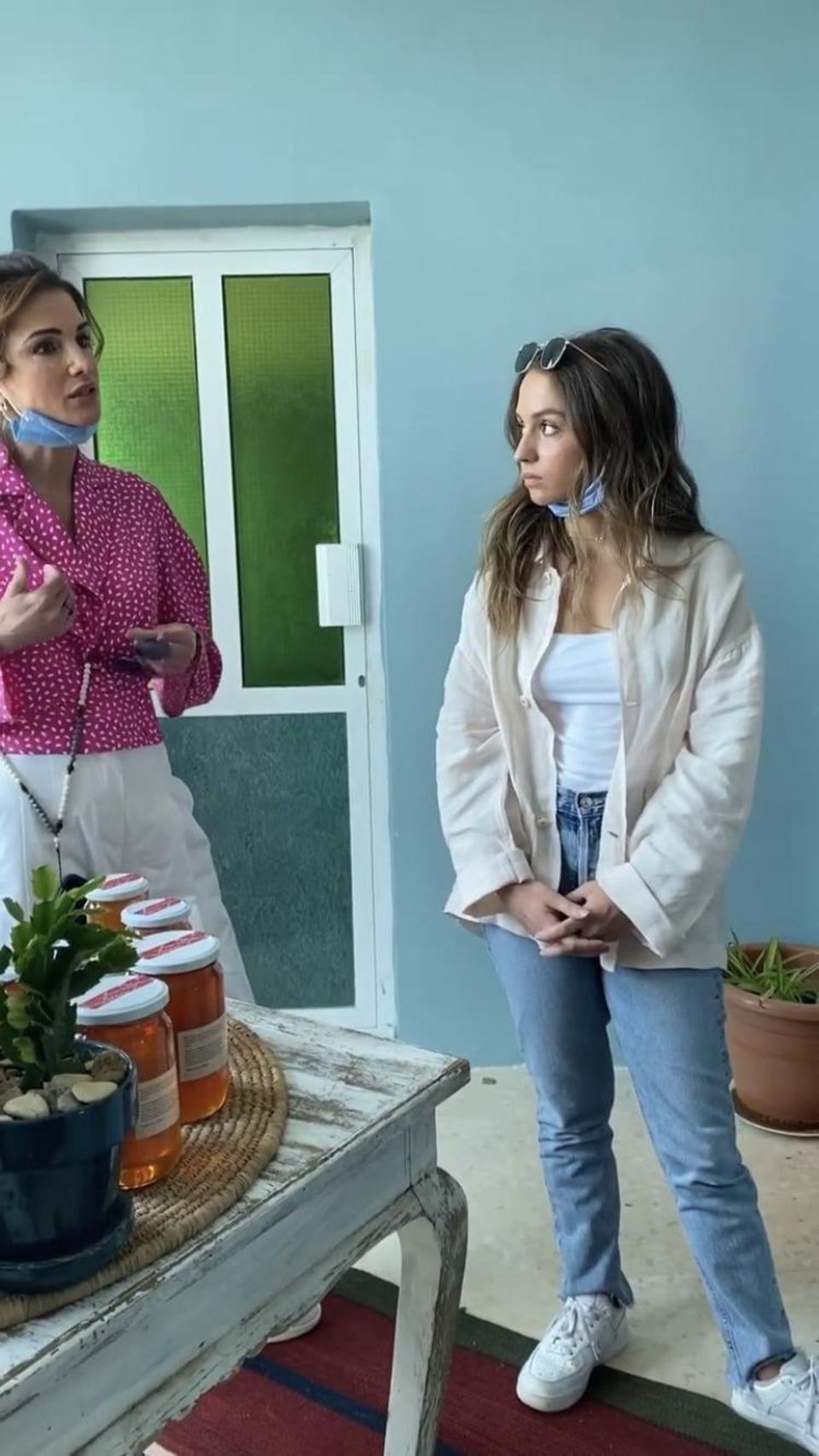 Prinzessin Iman in lässiger Jeans-Hemd-Sneaker-Kombi.