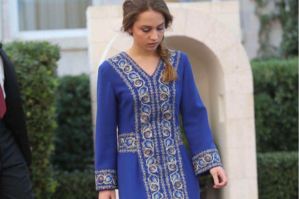 Prinzessin Iman trägt eine traditionelle Robe.