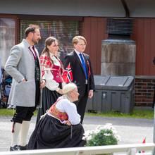 Prinzessin Mette-Marit gehtvorBjörn Tore Kjesbu in die Knie. Wegen der Corona-Beschränkungen hält sie Abstand.