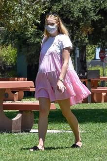 Auf dem Weg zu einem sommerlichen Familien-Picknick im Freien wird Sophie Turner hochschwanger von Paparazzi abgelichtet. Ihr wachsender Babybauch ist deutlich unter ihrem weiten Babydoll-Dress des Labels Honorine erkennbar. Die Schauspielerin kombiniert das rund 320 Euro teure, rosafarbene Trägerkleid mit einem weißen T-Shirt und trägt flauschige Carvela-Sandalen an den Füßen – einabsoluter Wohlfühl-Look, bei dem nichts verrutscht und somit perfekt für ein Picknick im Grünen!
