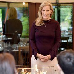 Gräfin Sophie besucht im Glamour-Look ein Pub
