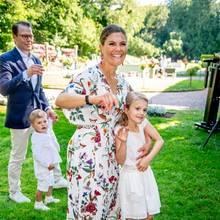 Schwedische Royals: Prinz Daniel mit Prinz Oscar an der Hand und Victoria mit Prinzessin Estelle im Arm auf Öland im Sommer 2019.