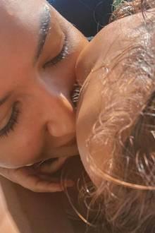 """8. Juli 2020  Herzzerreißender könnte ein Posting kaum sein: """"Glee""""-Star Naya Riveraverschwand bei einem Bootsausflug mit ihrem 4-jährigen Sohn, wenige Stunden zuvor teilte sie auf Instagram noch dieses Bild mit dem Kommentar"""" Nur wir zwei"""".Mittlerweile hat die Polizei die Hoffnung aufgegeben, die Schauspielerin lebend zu finden. Unsere aufrichtige Anteilnahme gilt der Familie."""