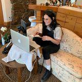"""Mit diesem Foto möchte Demi Moore ihren Followern ihren neuen Podcast vorstellen. Der rückt aber schnell in den Hintergrund als Fans die Toilette im Hintergrund entdecken: """"Hast du eine Couch im Bad oder eine Toilette im Wohnzimmer?"""", fragt ein User. Auch ein Waschbecken und mehrere Beauty-Produkte sind zu erkennen..."""
