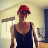 """Oh, là, là – so freizügig sieht man Diane Kruger selten. Für dieses Instagram-Foto macht die Schauspielerin jedoch eine Ausnahme und zeigt ihren schlanken Körper im hautengen Badeanzug. Der schwarze Einteiler inangesagterLack-Optik und mit sexy Wellen-Cut am Dekolleté ist ein Geschenk von Model Helena Christensen und Designerin Camilla Stærk. Das Duo entwirft gemeinsam eineSchwimm-Kollektion. Auch dieser Badeanzug namens """"The Wave Body"""" ist Teil davon und kostet rund 440 Euro. In Kombination mit einer rotenKäppi und goldenen Kreolen steigt Diane Kruger so stylish ins kühle Nass."""