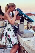 Ob Lady Kitty in ihrem Fernrohr schon die neuesten Styles und Trends für 2021 sucht? Soviel steht fest: Für dieses Jahr hat die 29-Jährige modisch gesehen schon alles richtig gemacht. Ihr ausgestelltes Mini-Kleid von Dolce & Gabbana mit Blumenprints und Off-Shoulder-Ausschnitt zaubert der Nichte von Lady Diana eine wunderschöne Silhouette.