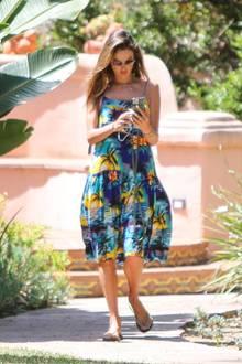 Alessandra Ambrosio trägt ein hässliches Kleid mit Palmenmuster.