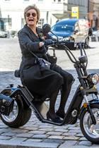 8. Juli 2020  Fürstin Gloria von Thurn und Taxis ist immer für eine Überraschung gut. So fährt siebei der Trauerfeier für Georg Ratzinger im Regensburger Dom auf einem Elektromotorroller vor, ganz in Schwarz versteht sich.