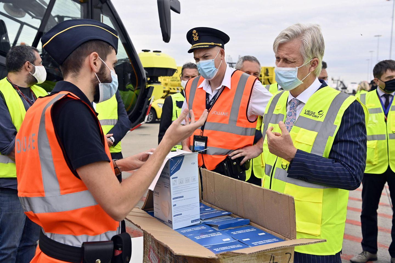 9. Juli 2020  Auf Nummer sicher: Mit Schutzmaske und Warnweste besucht König Philippe von Belgien den Frachtflughafen inLüttich.