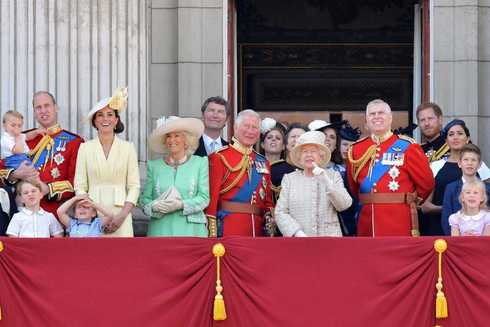 """Familienidylle?   Hinter den Kulissen sorgen die jüngsten Veröffentlichungen über die Royal Family für Bauchschmerzen. Doch der Clan um Queen Elizabeth (3. v. r.) hält es in sämtlichen Lebenslagen mit dem alten englischen Sprichwort: """"No storm lasts forever"""""""
