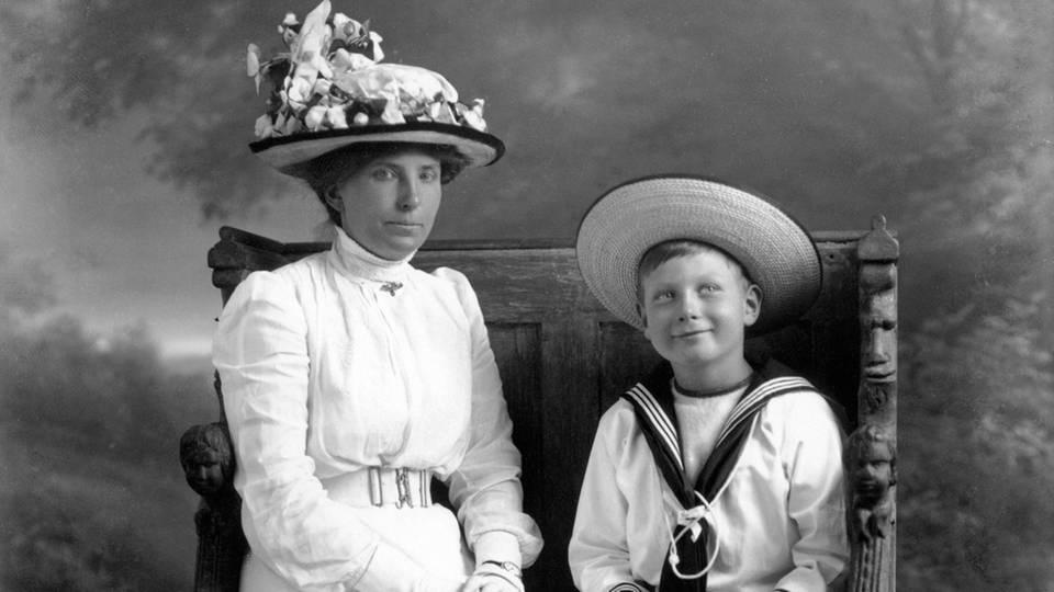 Prinz John mit seinem Kindermädchen Charlotte Bill um 1914 in London.