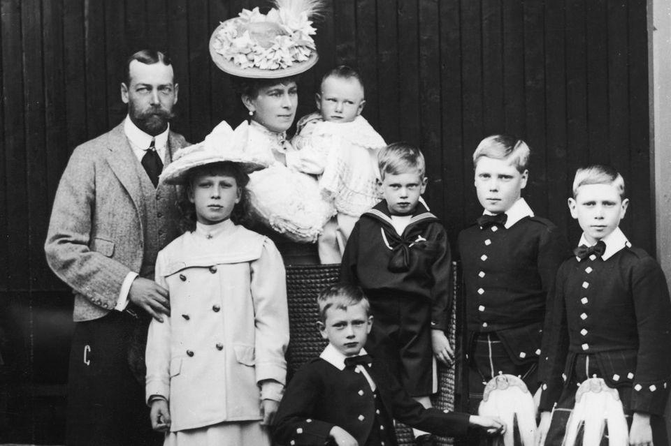 Prinz George (der spätere König George V.) mit seiner Familie im Jahr 1906 (v.l.n.r.): Tochter Prinzessin Mary, Ehefrau Prinzessin Mary mit Prinz John auf dem Arm sowie die Söhne PrinzHenry (sitzend), Prinz George, Prinz Edward (später König Edward VIII.) und Prinz Albert (später KönigGeorge VI.).