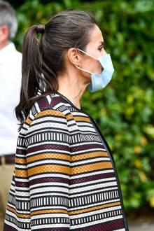 Letizia trägt bei dem Besuch einen streng nach hinten gekämmten Zopf und zeigt dabeiganz offen ihre grauen Haarsträhnchen. Herrlich normal eben, unsere Letizia.