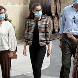 Beim Besuch zweier spanischer Städte, die von der Corona-Pandemie besonders stark betroffen sind, zeigt sich Königin Letizia in einem schlichten, aber dennoch stylishen,Outfit: Den gestreiften Blazer des Labels Uterque ist ein Recycler aus den letzten Jahren. Eine schwarze Jeans und ebenfalls schwarze Pumps mit Keilabsatz komplettieren den Look der 47-Jährigen. Doch ein Detail fällt beim genaueren Hinsehen ins Auge ...