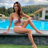 """Verona Pooth macht gerade in einem Bio-Hotel Urlaub und lässt es sich nicht nehmen, ihren Fans auf Instagram liebe Grüße zu schicken. In einem knappen Bikini am Pool sieht die 52-Jährige auch sichtlich erholt aus - und ihre Fans? Die können kaum glauben, wie gut Verona in Form ist: """"Du hast eine Hamma-Figur"""", heißt es in den Kommentaren."""