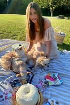In einem Park schmeißt Sofia Vergara eine Geburtstagsparty für ihren Hund Bubbles. Natürlich mit allem was dazu gehört, wie hübsch zurechtgemachten Gästen und einer Geburtstagstorte.