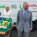 """Sigward erzählt """"Mail Online"""": """"Die Herzogin sagte mir, sie stimme definitiv zu, dass Menschen, die arbeiten können und es gerne tun, weitermachen sollten. Sie sagte, sie weigere sich, sich zurückzuziehen. Der Prinz war der gleichen Meinung."""" Heißt so viel wie: Thronfolge überspringen, nichts da! Erst kommt Charles und dann Prinz William auf den Thron."""