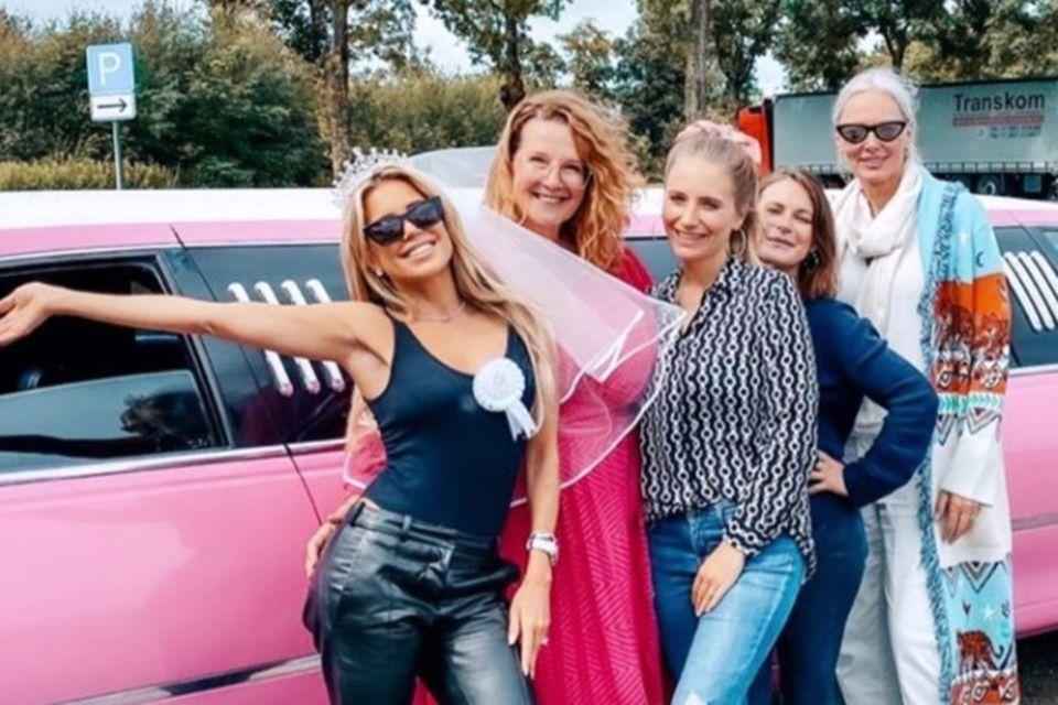 """Sylvie Meis und ihre - wie sie es nennt - """"Mädchengang"""" auf dem Weg ins JGA-Wochenende."""