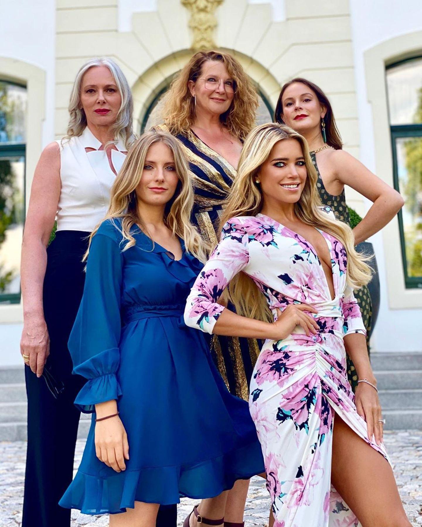 Und das ist die Junggesellinen-Crew: Sylvies beste Freundinnen posieren lässig vor dem Hotel und feiern ihre Freundin. Die Bride-to-be Sylvie selbst glänzt in einem sexy Blumen-Kleidmit Beinschlitz und XXL-Dekolleté.