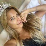 """Was für eine Nacht: Sylvie Meis postet am nächsten Morgen ein Foto von sich ungeschminkt und etwas verschlafen. Dazu schreibt die hübsche Blondine: """"Ich bin aufgewacht und hatte immer noch meine Krone an"""". Na, das klingt nach einem Wochenende ganz nach Sylvies Geschmack."""