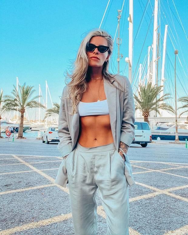 Lässiger Oversize-Anzug, Sonnenbrille, knappes Top: Sophia Thomalla zeigt ihren coolen Sommer-Style auf Instagram. Besonders spannend allerdings: Für diesen Look war ihr Boyfriend Loris Karius zuständig, wie sie verrät - volle Punktzahl dafür!