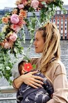 11. Juli 2020  Blumig in Berlin: Wolke Hegenbarth genießt ihren Samstag mit Sohn Avi auf dem Arm bei einem Ausflug an dieSpree.