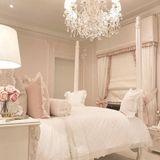 Valentina, die Tochter von Rochelle Humes, bekam ein Kinderzimmer-Makeover. Die Wände wurden in einem hauchzarten Rosaton gestrichen und die Möbel dem Alter der kleinen Prinzessin angepasst. Der pompöse Stil ist aber geblieben.