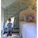Was für ein traumhaftes Kinderzimmer: Teddy, die kleine Tochter von Nicky Hilton und James Rothschild, darf sich jeden Tag über eine exquisite Wandbemalung über ihrem Luxusbett freuen.