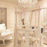 Ein blütenweißes Kinderzimmer? Ganz schön mutig, liebe Rochelle Humes! Die britische TV-Moderatorin hat das Zimmer ihrer Tochter Valentina von der Decke (Kronleuchter) bis zum Fußboden (XXL-Giraffe von Steiff) mit Luxus ausgestattet.