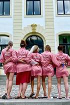 11. Juli 2020  Team Bride! Zusammen mit anderen tollen Bilder lässt Sylvie Meis ihre Instagram-Fans auch mit diesem witzigen Schnappschuss an ihrem Junggesellinnenabschied teilhaben. Sieht auf jeden Fall nach Spaß aus.