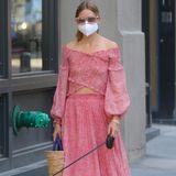 Bei diesem rot-weiß-gepunkteten Traum-Ensemble braucht Olivia Palermo keine Seidentuch-Maske, die das Outfit verschönert. Dennoch passt der weiße Mundschutz farblich perfekt. Und wer hätte es gedacht: Samt-Slipper und Brillengestell in Rosa ergänzen diesen Sommer-Look perfekt.