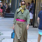 Eine hässliche Maske tragen? Für Fashionista Olivia Palermo nicht drin - zumindest bei diesem Wow-Look in der Farbe Khaki. Zum günstigen Zara-Hemd und geknöpftem Rock in dem gedeckten Ton kombiniert die gebürtige New Yorkerin ein gelb-gemustertes Seidentuch und eine coole Sonnenbrille. Ein pinkfarbener Gürtel, eine blaue Handtasche und weinrote Samt-Mules vom Luxus-Label Alberta Ferretti setzen den Look als farbliche Eyecatcher in Szene. Gekonnt ist gekonnt!