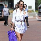 Auch in dem weißen Hemdblusenkleid kommen Alessandra Ambrosios lange Beine toll zur Geltung. Dazu kombiniert das brasilianische Topmodel eine coole Sonnenbrille und Accessoires in Erdtönen wie die luxuriöse Chanel-Handtasche über ihrer Schulter oder der geknotete Gürtel, der zudem eine schöne Taille erzeugt.