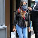 """Nicht nur Carrie liebt Schuhe oder vielmehr Manolo Blahniks. Auch Sarah Jessica Parker ist der Fußbekleidung verfallen. Kein Wunder, dass die Schauspielerin auch selbst Schuhe designt, die sie dann trägt - wie hier beim Verlassen ihres eigenen Ladens in New York City. Zu den silbernen Heels kombiniert sie lässige Jeans, eine karierte Bluse und versteckt sich hinter einer großen Sonnenbrille (ebenfalls von ihrem Label """"SJP by Sarah Jessica Parker"""") und einem Tuch als Mundschutz."""