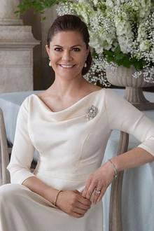 14. Juli 2020  Prinzessin Victoria feiert heute ihren 43. Geburtstag. Auf Instagram zeigt der Hof zu diesem Anlass dieses Porträtfoto der Kronprinzessin von ihrer Hochzeit. Gefeiert wird der Ehrentag von Prinzessin Victoria aufgrund der Corona-Pandemie in diesem Jahr ohne die Gratulanten aus dem Volk.