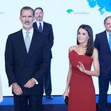 In einem roten schulterfreien Kleid von Roberto Torretta zieht Königin Letizia von Spanien bei einem Dinner im Rahmen eines Journalistenpreises alle Blicke auf sich. Das wadenlange Kleid ist schlicht geschnitten - bis auf ein raffiniertes, asymmetrisches Detail am Ausschnitt. Dazu kombiniert Letizia unaufälligen Schmuck, …