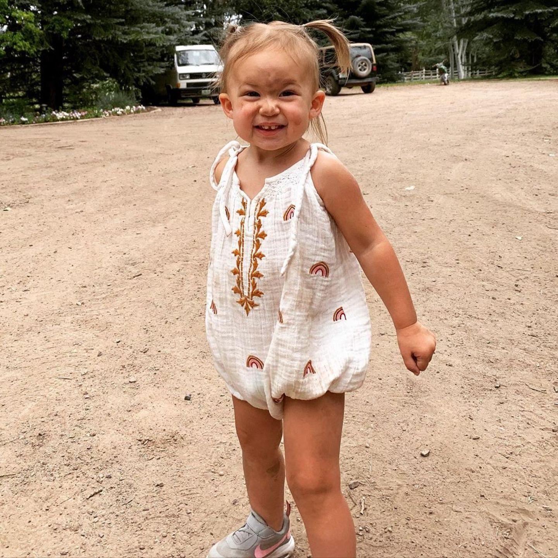Obwohl Mama Kate Hudson ihre einjährige TochterRani Rose in einsüßesMini-Kleidchen mit edlen Stickereien gesteckt hat, heißt das nicht, dass Rani sich auch wie eine feine Dame benehmen muss. Dafür macht das Spielen mit Staub und Sand doch auch viel zu viel Spaß - und das sieht man schließlich auch. Freudig und mit etwas Schmutz auf der Nase strahlt das hübsche Kind in die Kamera - und erwärmt nicht nur das Mama-Herz, sondern auch unseres.