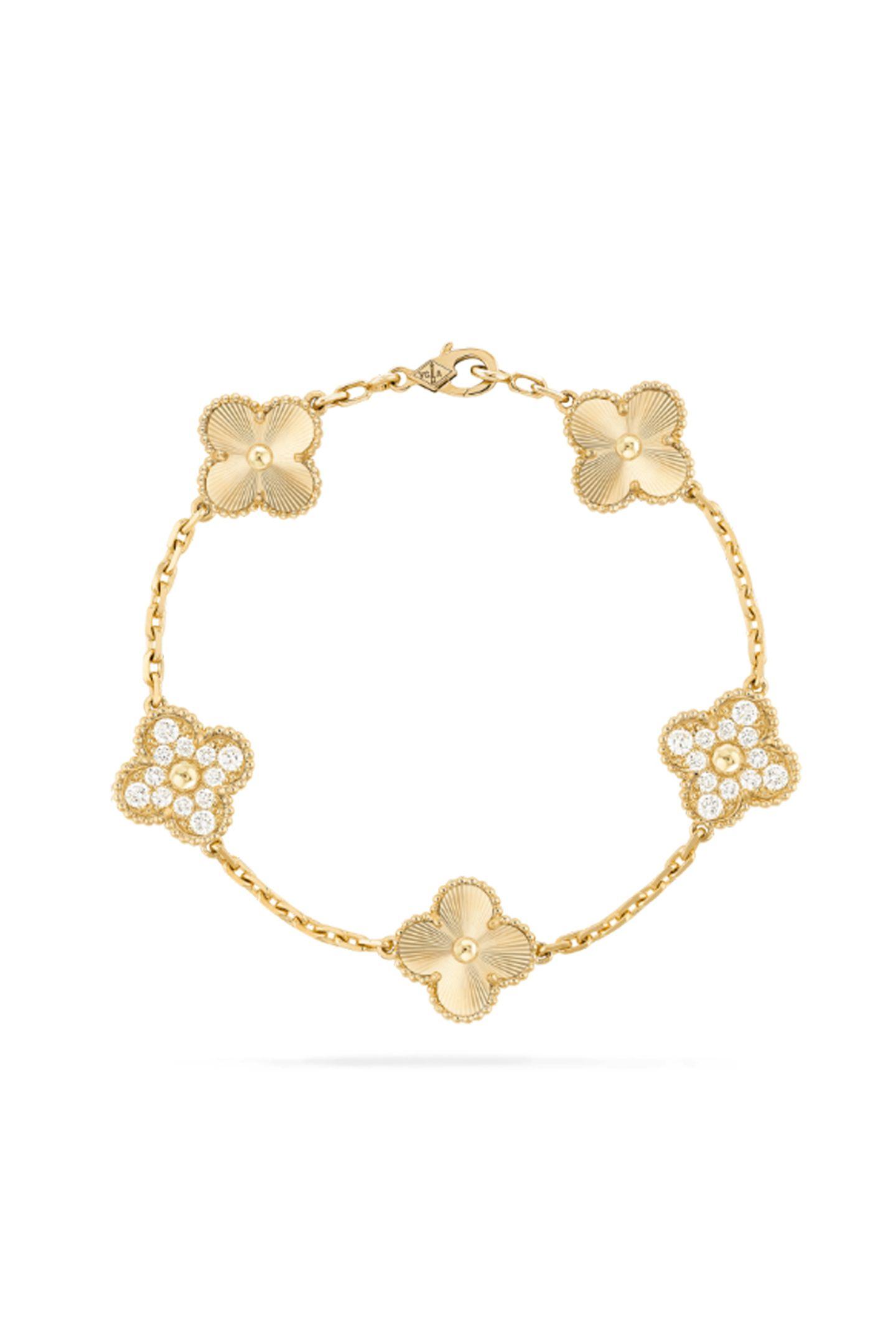 Goldiger GlücksbringerDas ikonische Kleeblatt-Design erfährt durch erlesene Diamanten und guillochiertes Gelbgold ein wunderschönes Upgrade. Vintage Alhambra Armband mit fünf Elementen von Van Cleef & Arpels, ca. 12.600 Euro