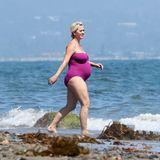 Bald hat sie's geschafft! Katy Perry lässt sich auch im letzten Schwangerschaftsmonat trotz Mega-Kugel nicht von einer kleinen Abkühlung abhalten. In Malibu, Kalifornien traut sie sich im fuchsia-farbenen,trägerlosen Badeanzug in die Fluten.