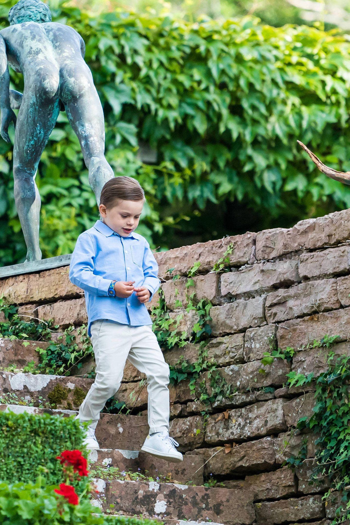 Ordentlich herausgeputzt und mit strenger Gelfrisur wie Papa Prinz Daniel, marschiert Prinz Oscar die Stufen in den Schlossgarten hinunter.
