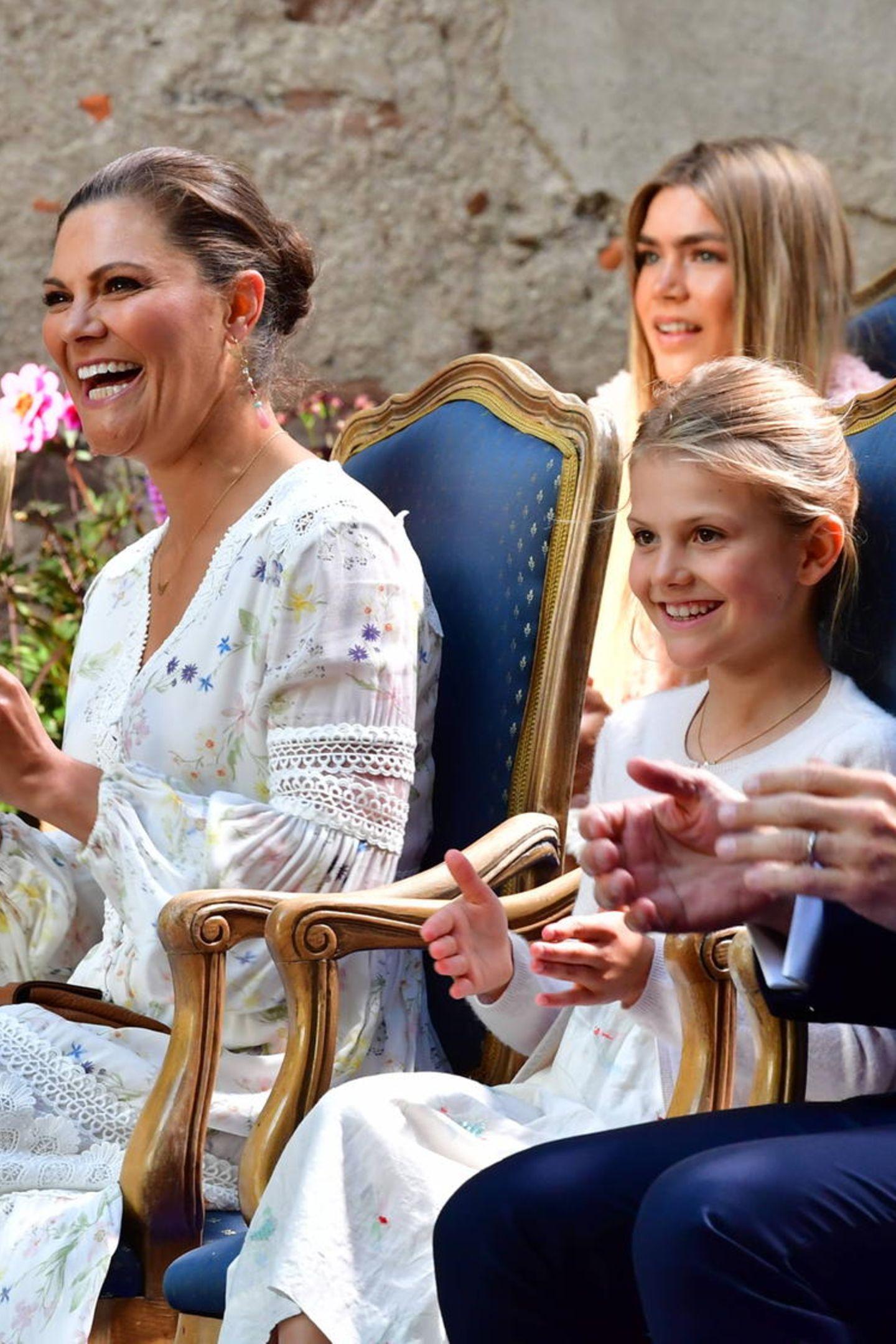 Das Konzert zum Ehrentag von Prinzessin Victoria findet das erste Mal nicht auf dem Sportplatz, sondern in der Burgruine von Schloss Borgholm statt und auch fast ohne Zuschauer. Das tut der guten Stimmung dennoch keinen Abbruch.