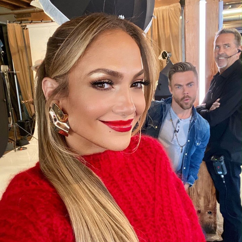 """""""Hallo, ich bin Derek und ich ruiniere gerne Jennifer Lopez Bilder"""" schreibt Derek Hough zu diesem lustigen Selfie auf Instagram und versieht das Ganze noch mit dem Hashtag #fotobombe. Doch neben dem Tänzer im Jeanshemd hat sich auch noch ein Mann aus der Produktion mit auf das Bild geschummelt."""